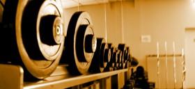 Hanteln auf einem Hantelständer im Fitnessstudio für einem Spiegel