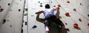 Trainer Rosario beim klettern an einer hohen Kletterwand