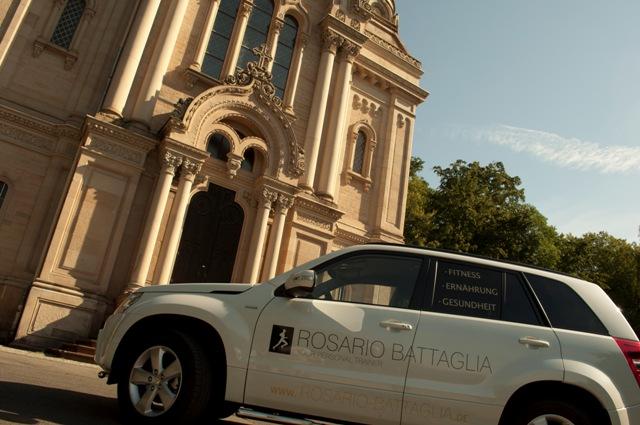 Personal Trainer Rosario Battaglia mit seinem Auto auf dem Weg zur Training location in Wiesbaden