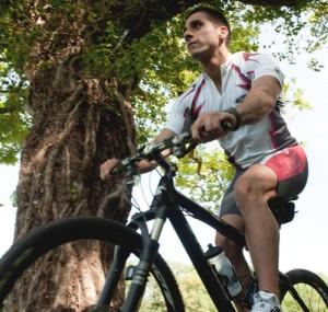 Personaltrainer Rosario Battaglia beim Mountainbiking durch den Wald