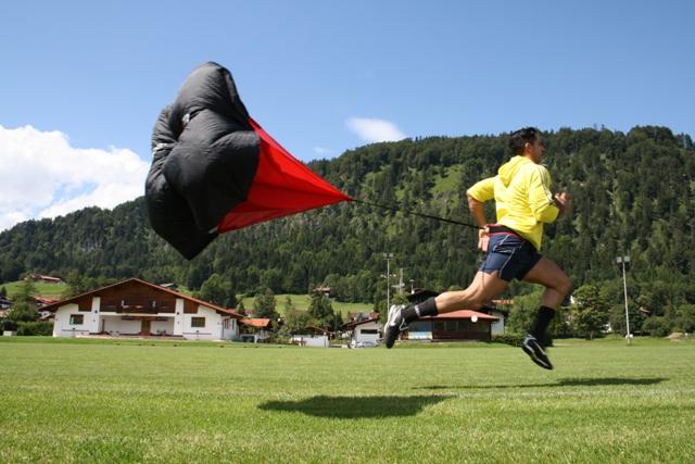 Rosario Battaglia auf dem Fußballplatz im sprint mit Auffangschirm