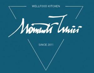 Hier ist das Logo von Momenti Unici aus Wiesbaden zu sehen