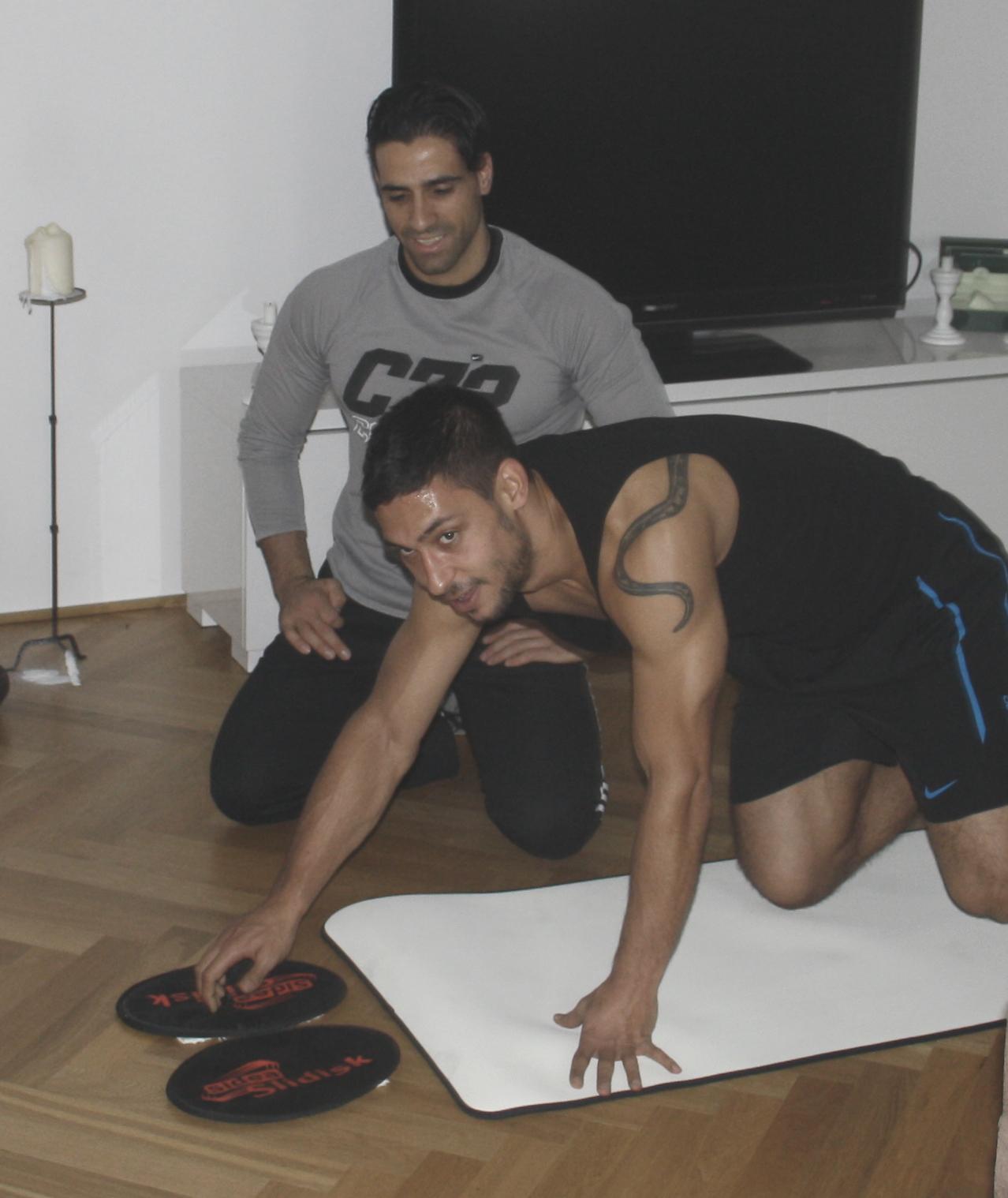 Personal-Trainer Rosario Battaglia beim slide core training mit FSV Mainz 05 Profi Malik Fathi